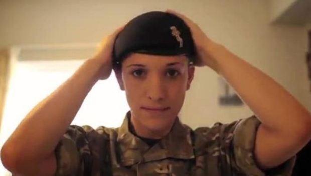 """Il primo capitano transgender: così l'Occidente """"fa la guerra"""" all'ISIS?"""