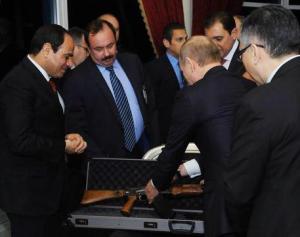 Putin in Egitto, regala un kalashnikov a Sisi