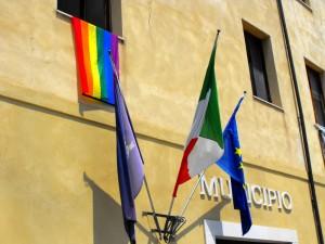 bandiera_arcobaleno_gay_pride_comune_formia-2