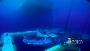 Il recupero del relitto del peschereccio di migranti naufragato nell'aprile 2015