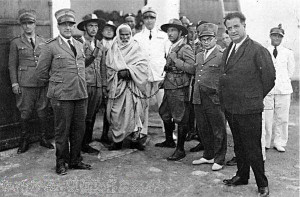 Omar_Mukhtar_arrested_by_Italian_Officials