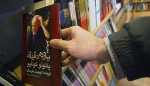"""Paulo Coelho in lingua Farsi. Durante i tumulti della c.d. """"Onda verde"""" (giu. 2009) vennero coinvolti anche ambienti vicini allo scrittore brasiliano..."""