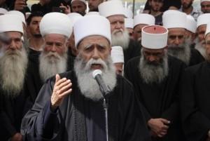 Sheykh al-'Aql Na'im Hassan prega durante il funerale dello Sheykh Abu Muhammad Jawad Waliyyu d-Din, la più alta autorità spirituale dei Drusi nel Medio Oriente, deceduto all'età di 96 anni (aprile 2012, regione dello Shuf, Libano).